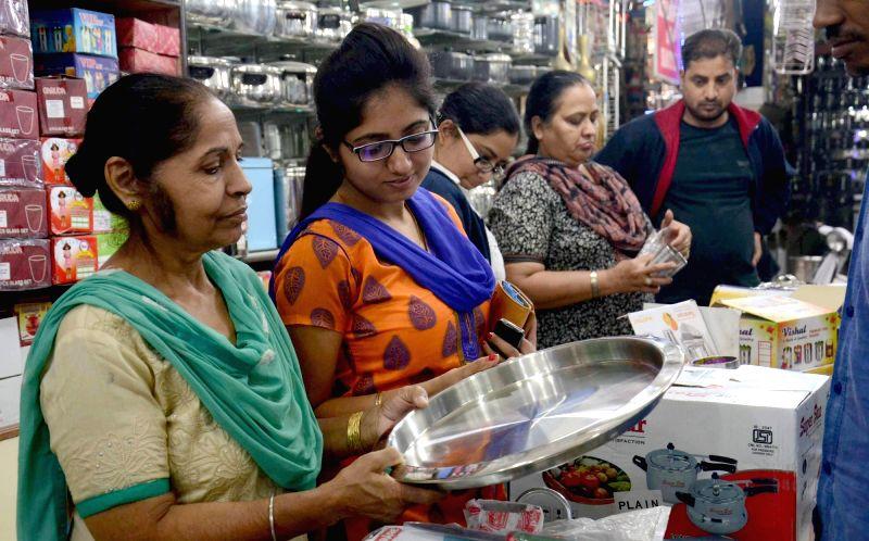 :Amritsar: People busy shopping on Dhanteras in Amritsar, on Nov 9, 2015. (Photo: IANS).