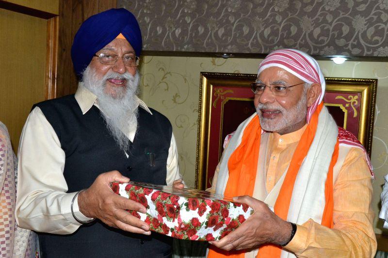 Prime Minister Narendra Modi pays obeisance at the Golden Temple, in Amritsar, Punjab on March 23, 2015. - Narendra Modi