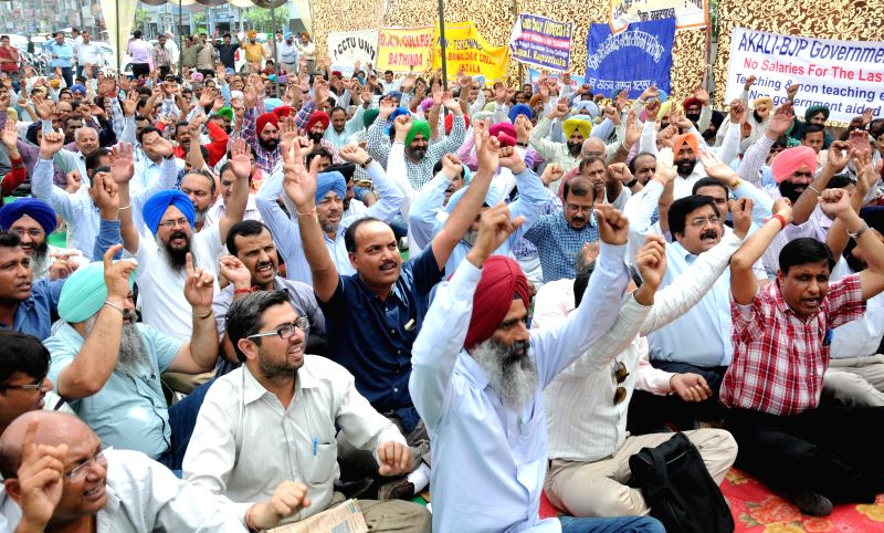 Amritsar : Teaching and non teaching government employees protest against the BJP - Shiromani Akali Dal (SAD) government in Amritsar on April 10, 2015.