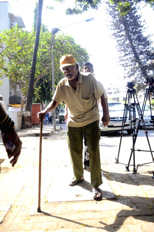 An elderly gentleman arrives to cast his votes during the sixth phase of 2014 Lok Sabha Polls  in Mumbai on April 24, 2014.