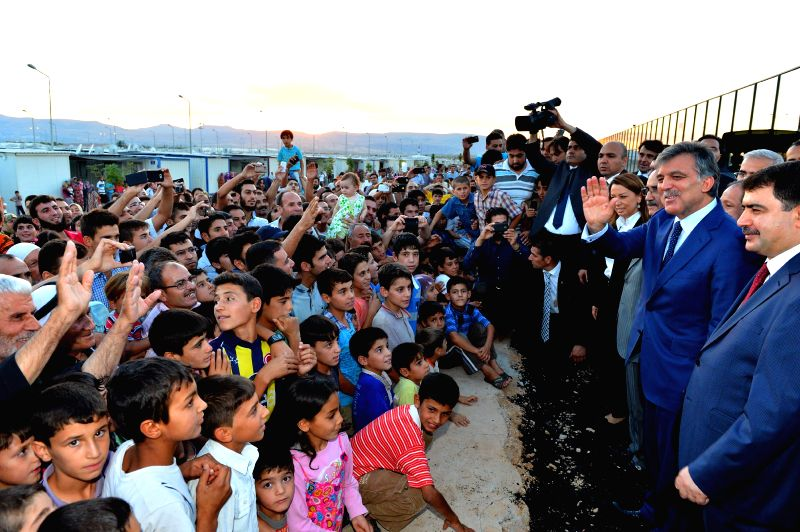 Turkey's President Abdullah Gul (2nd R) visits the Syrian refugee camp in Malatya, south Turkey, July 22, 2014.