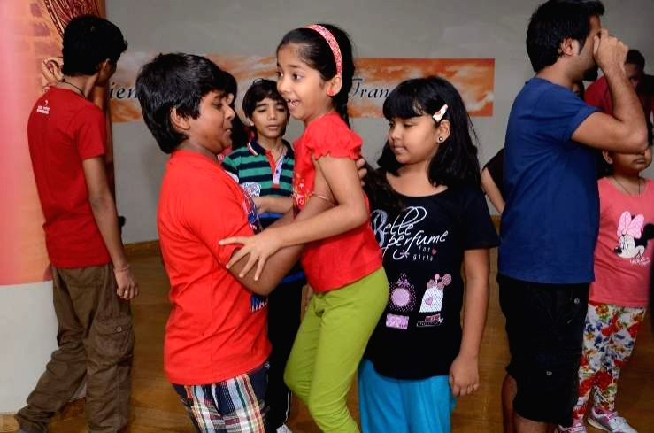 Photos :: Mickey Mehta trains Indian Idol Junior finalists