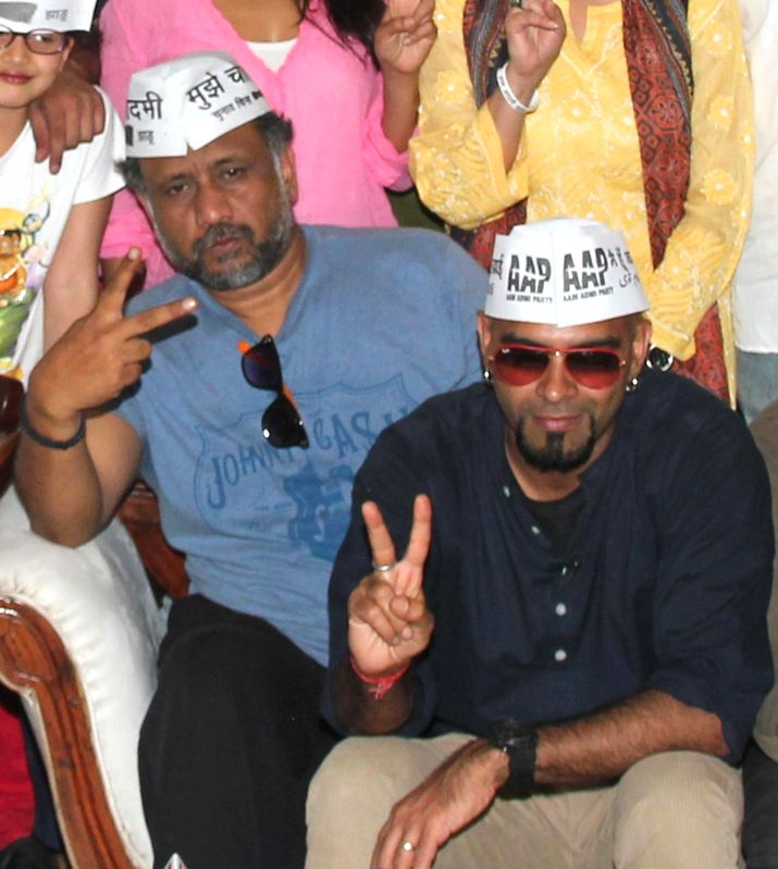 Anubhav Sinha and Raghu Ram show their support for AAP at press conference at Mumbai streets at 21st April 2014 - Anubhav Sinha