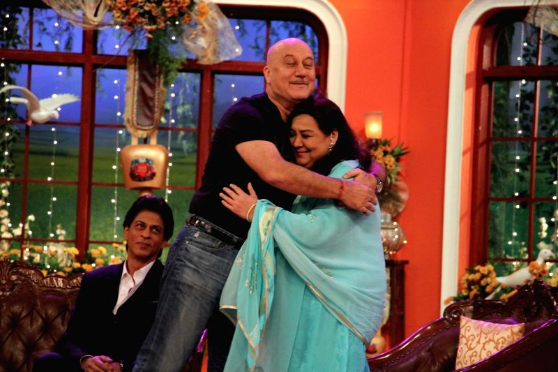 Anupam Kher with Farida on the sets of Comedy Nights With Kapil celebrating 1000th week od DDLJ at Dilwale Dulhania Le Jayenge 1000 weeks completion special episode shoot on Comedy Nights With Kapil . - Anupam Kher