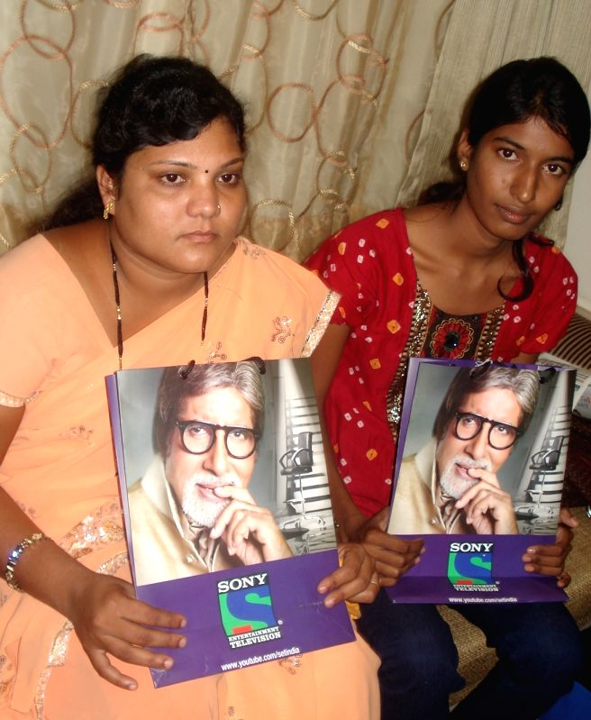Aparna Malikar (on left), the impoverished Vidarbha farm widow, who won Rs.6.4 lakh on TV show KBC. She holds a photo of show host Amitabh Bachchan.