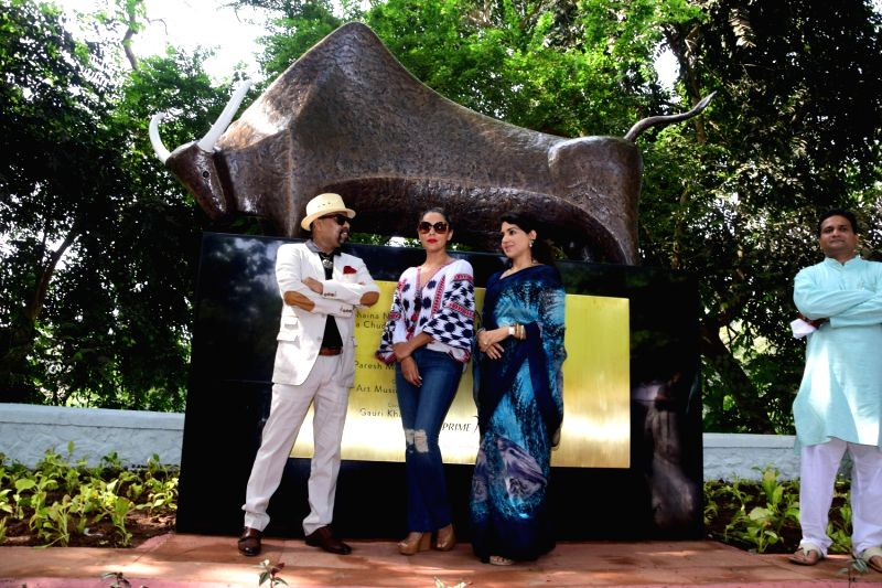 Artist Paresh Maity, Actor Shahrukh Khan's wife Gauri Khan and Fashion designer and BJP leader Shaina NC during the Inauguration of Mumbai Beautification Project by Nana Chudasama in Mumbai ... - Paresh Maity and Shahrukh Khan