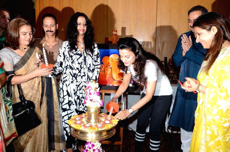 Artist Sharvari Luth with Neela Satyanarayanan, retired IAS officer and first woman State Election Commissioner of Maharashtra, Marathi actor Reema Lagoo, Fitness guru Micky Mehta, Amruta ... - Micky Mehta and Ameesha Patel
