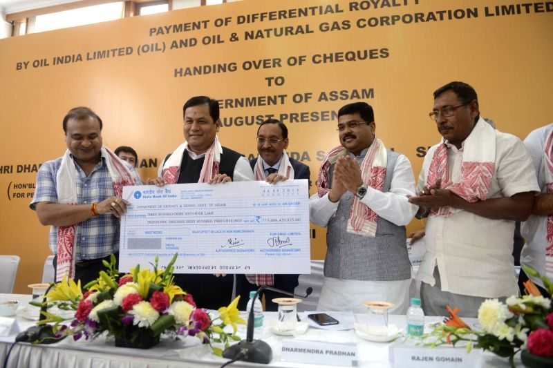 Assam Chief Minister Sarbananda Sonowal receives the cheque on payment of differential royalty from the CMD of Oil India Limited Utpal Bora, in the presence of the Minister of State for ... - Sarbananda Sonowal