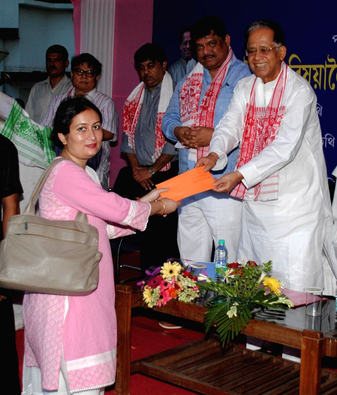 Assam Chief Minister Tarun Gogoi distributes vehicles to Block Development Officer (BDO) in Guwahati on Aug 29, 2014. - Tarun Gogoi