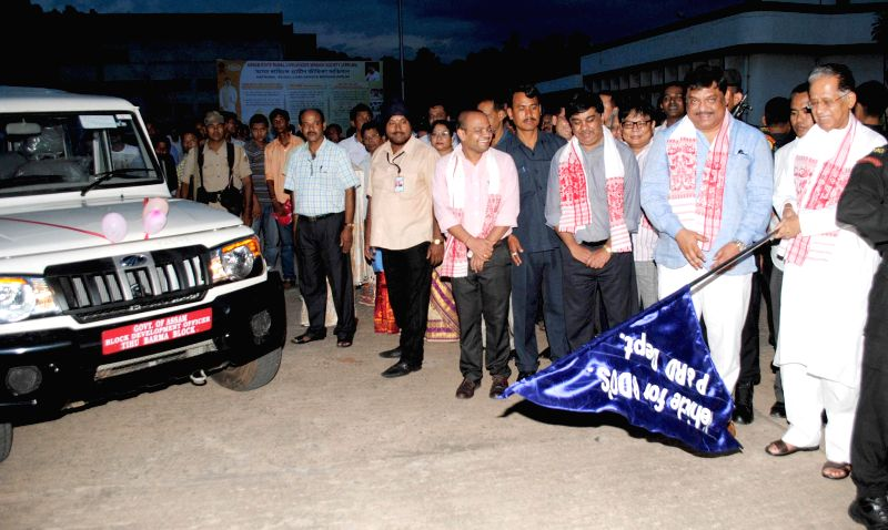 Assam Chief Minister Tarun Gogoi during a programme organised to distribute vehicles to Block Development Officers (BDOs) in Guwahati on Aug 29, 2014. - Tarun Gogoi