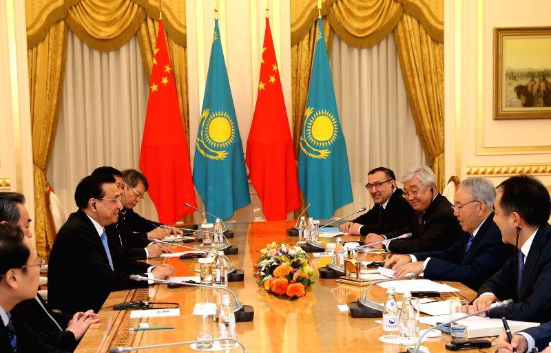 Chinese Premier Li Keqiang (3rd L) meets with Kazakh President Nursultan Nazarbayev (2nd R) in Astana, Kazakhstan, Dec. 14, 2014.
