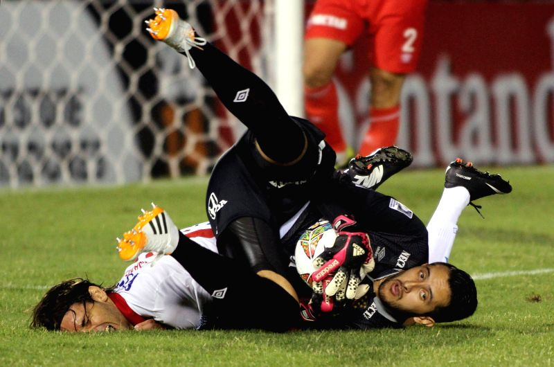 Paraguay's Julio Santa Cruz (L) vies the ball with goalkeeper Camilo Vargas of Independiente Santa Fe of Colombia during a Copa Libertadores match in Asuncion, ...