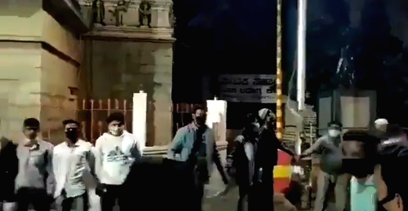 B'luru youth protect temple as riots rage in vicinity.