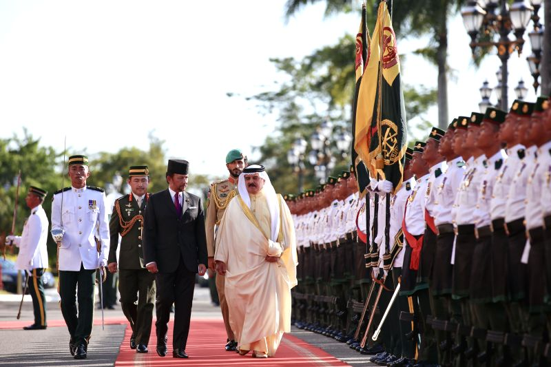 Bahrain's King Hamad bin Isa Al Khalifa (R, front) and Brunei's Sultan Hassanal Bolkiah (L, Front) inspect the guards of honor in Bandar Seri Begawan, ...