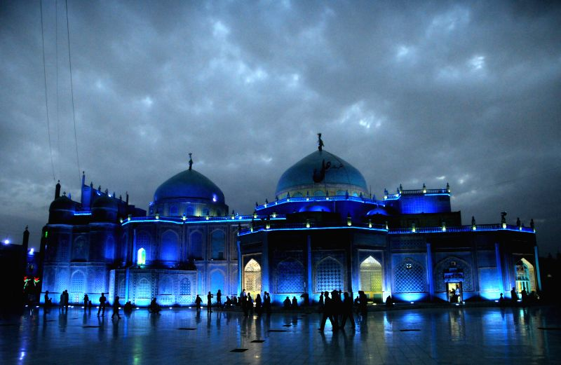 Afghans gather around Hazrat-e-Ali shrine in Balkh, northern Afghanistan, on April 10, 2014.Photo: