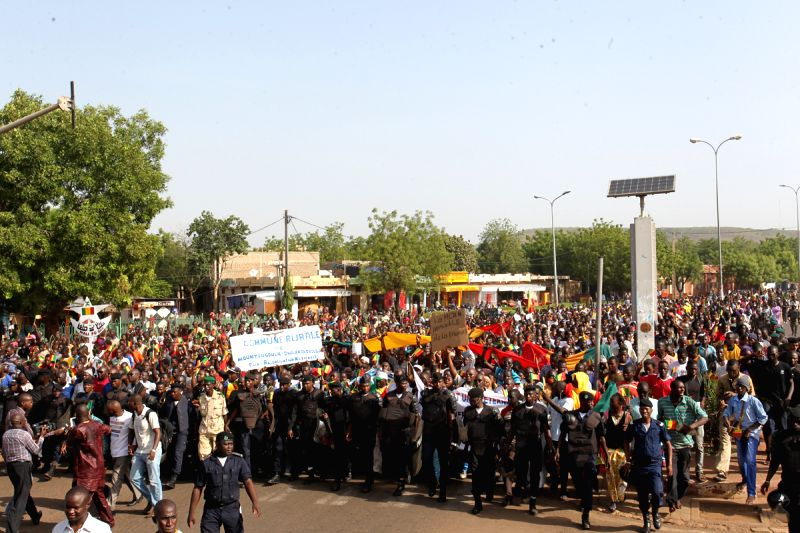 Malians march in the street to support the signing of the peace accord between Mali's government and the northern armed groups in Bamako, capital of Mali, May 26, ...