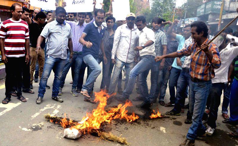 Bangali Yuva Chhatra Fedaration Sivasagar Unit burning the effigy of Health Minister Himanta Biswa Sharma to protest against the killing of Dr, Sarita Tasniwal on Friday at Dibrugarh Medical College,