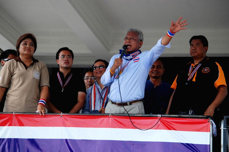 Thai anti-government protest leader Suthep Thaugsuban (3rd R) greets supporters during a rally at Thailand Tobacco Monopoly in Bangkok, Thailand, April 28, 2014. ..