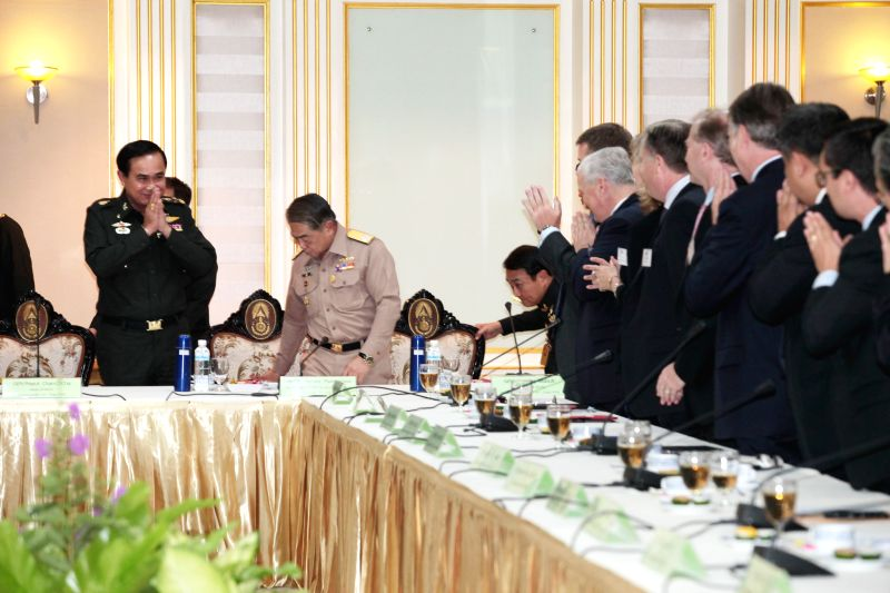 Chief of the National Council for Peace and Order (NCPO) Prayuth Chan-ocha (L) meets with representatives of Foreign Chambers of Commerce at Royal Thai Army ...
