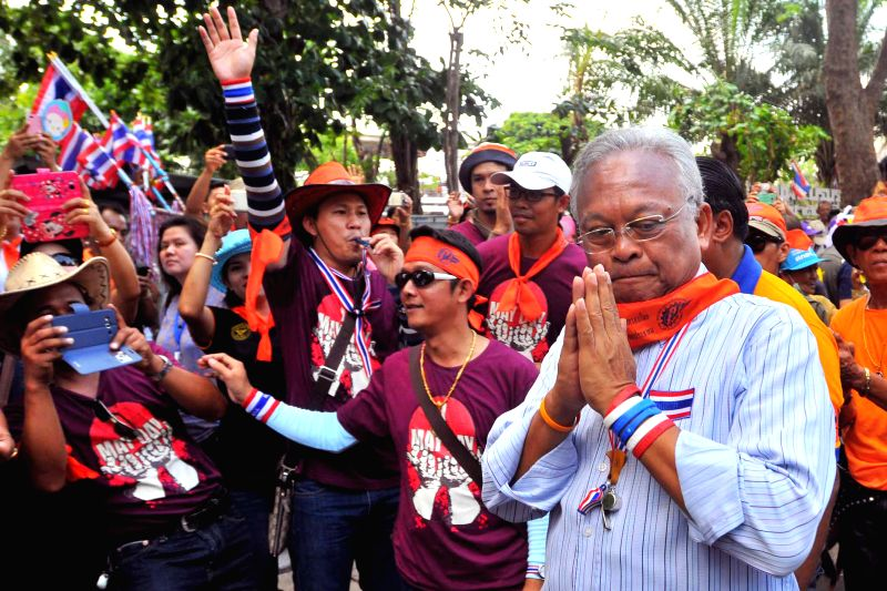 Anti-government protest leader Suthep Thaugsuban (R) attends a rally with supporters in front of the Parliament House in Bangkok, Thailand, May 1, 2014. Thai laborers