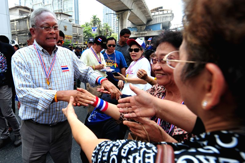 Anti-government protest leader Suthep Thaugsuban (L) greets supporters during a rally on main street in Bangkok, Thailand, May 8, 2014.