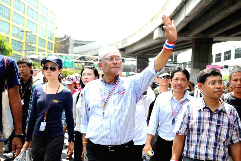 Anti-government protest leader Suthep Thaugsuban (C) gestures during a rally in Bangkok, Thailand, May 9, 2014. Thailand's anti-government protesters on Friday headed