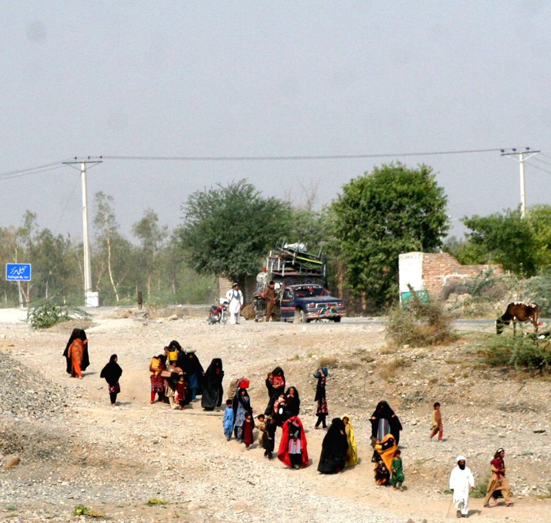 Pakistani civilians left North Waziristan tribal region for Bannu on June 20, 2014. Pakistan army said Friday that 200,000 people have left homes in North Waziristan .
