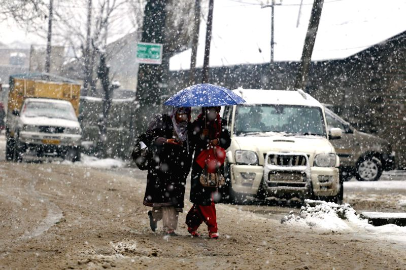 Baramulla witnesses heavy snowfall on March 8, 2015.