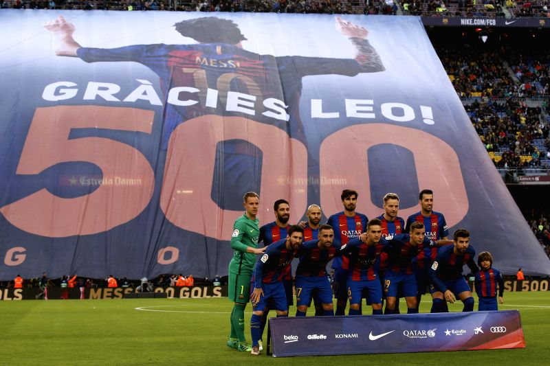 BARCELONA, April 27, 2017 - Barcelona's players pose for pictures before the Spanish first division soccer match against CA Osasuna at the Camp Nou Stadium in Barcelona, Spain, April 26, 2017. ...