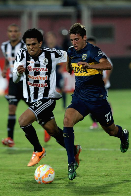 Edwin Peraza (L) of Venezuela's Zamora vies for the ball with Jonathan Calleri of Argentina's Boca Juniors during a match of Libertadores Cup, at Agustin Tovar ...