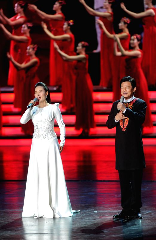 Singer Lei Jia (L) and Mo Hualun perform during the opening ceremony of the 4th Beijing International Film Festival in Beijing, capital of China, April 16, 2014. ..