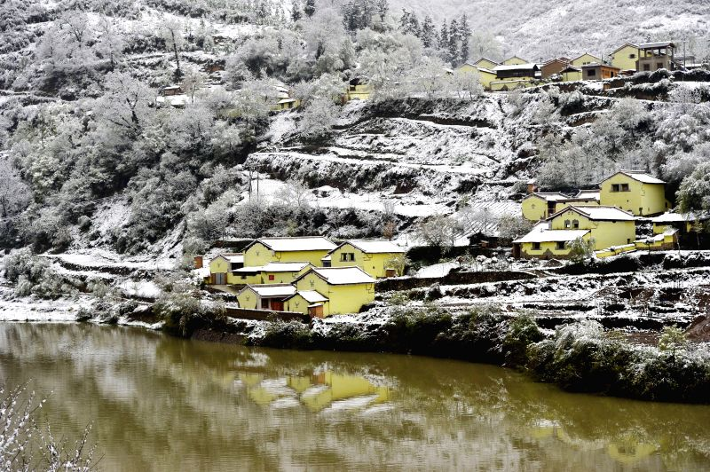 Photo taken on April 25, 2014 shows the snow scenery in Luren Village of Longnan City, northwest China's Gansu Province. A snowfall hit some areas in Gansu ...