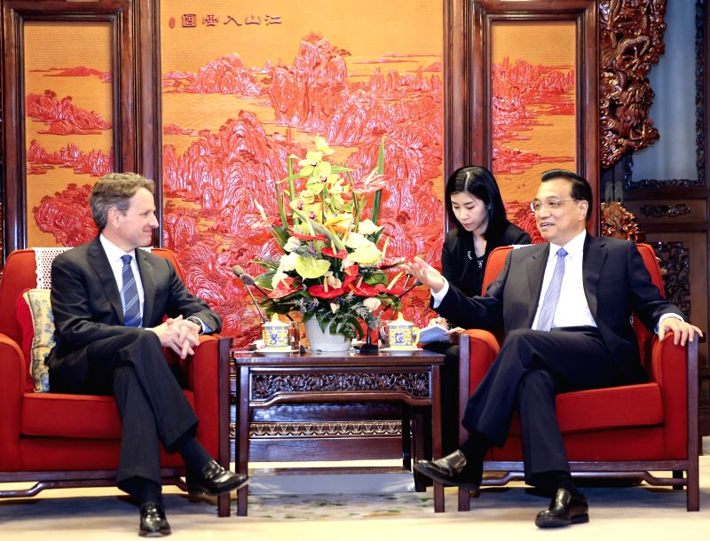 Chinese Premier Li Keqiang (R) meets with former U.S. Treasury Secretary Timothy Geithner in Beijing, capital of China, April 29, 2014.