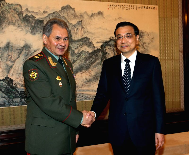 Chinese Premier Li Keqiang (R) meets with Russian Defence Minister Sergei Shoigu in Beijing, capital of China, Nov. 18, 2014.