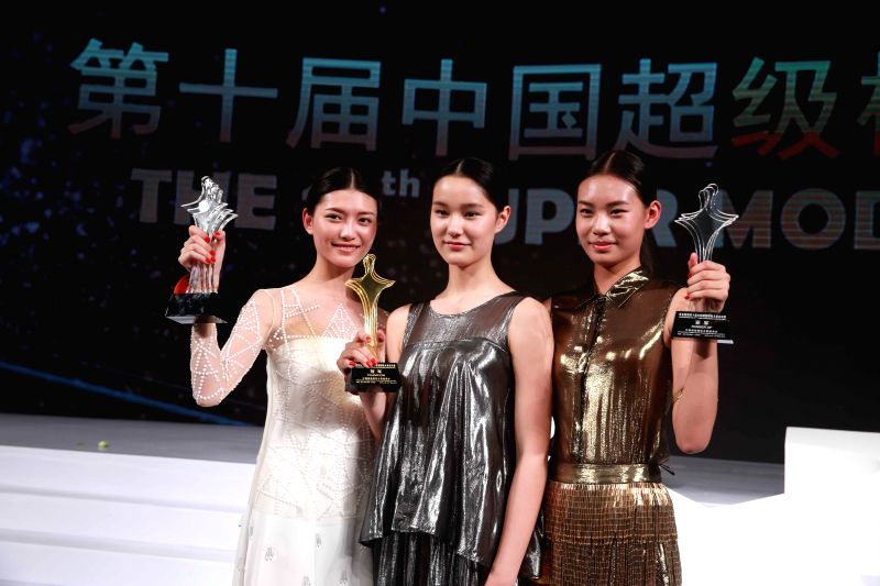 Champion Wang Yi (C), runner-up Zhao Xueqi (R) and second runner-up Xu Naiyu pose for a photo during the 10th China Super Model Final Contest in Beijing, capital ... - Final Contest