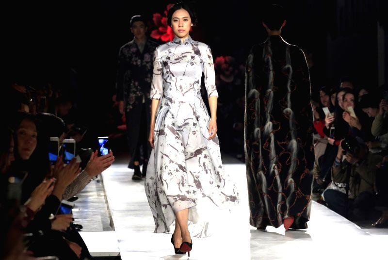 Models present creations of Eve de Cina during the China Fashion Week A/W 2015/2016 in Beijing, capital of China, March 24, 2015. (Xinhua/Li Mingfang)