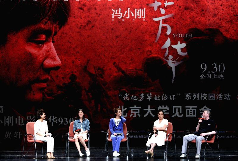 "BEIJING, Sept. 18, 2017 - Director Feng Xiaogang (1st R), novelist Yan Geling (2nd R), actresses Miao Miao (C) and Zhong Chuxi (2nd L) meet fans and promote their movie ""Youth"" at Peking ... - Miao Miao"
