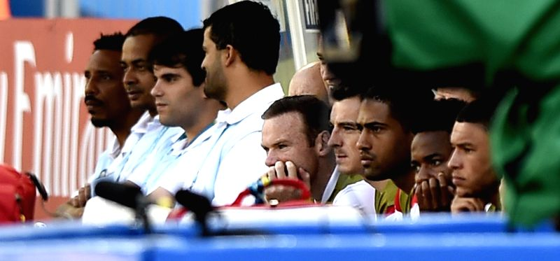 England's Wayne Rooney (C) watches a Group D match between Costa Rica and England of 2014 FIFA World Cup on the bench at the Estadio Mineirao Stadium in Belo