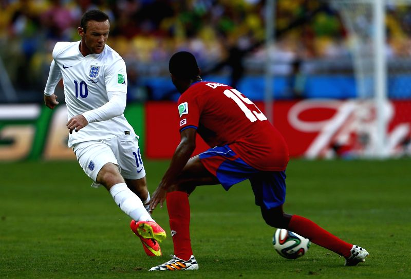 England's Wayne Rooney (L) passes the ball during a Group D match between Costa Rica and England of 2014 FIFA World Cup at the Estadio Mineirao Stadium in Belo .
