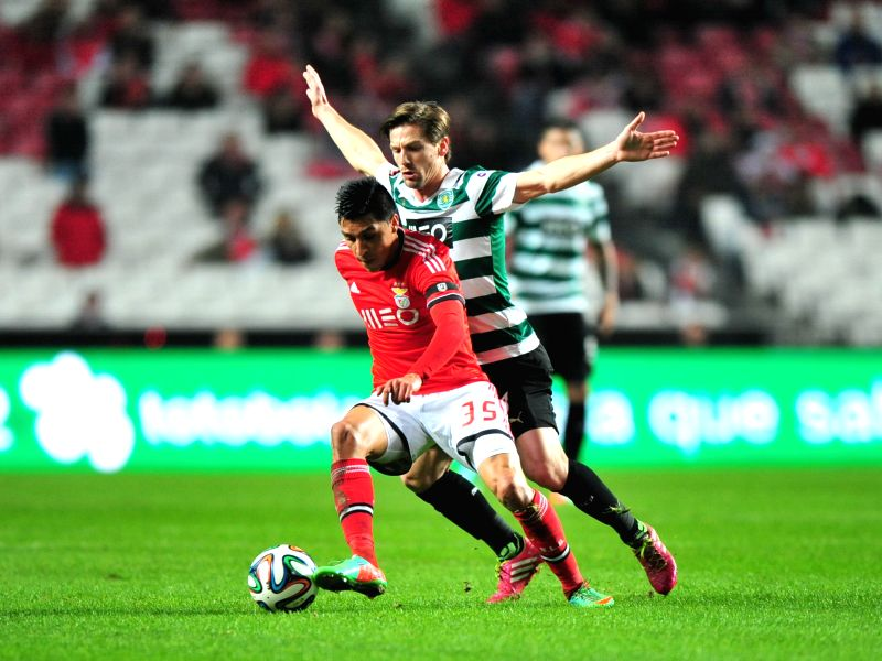 : Benfica's Enzo Perez (L) fights for the ball with Sporting's Adrien silva during their Portuguese Premier League soccer match at Luz stadium in Lisbon, ...