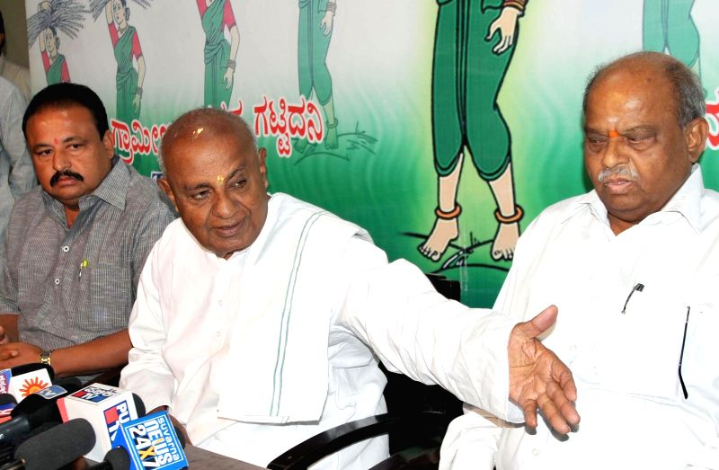 Former prime minister and JD (S) chief H D Deve Gowda addresses a press conference in Bengaluru, on Nov 28, 2014.