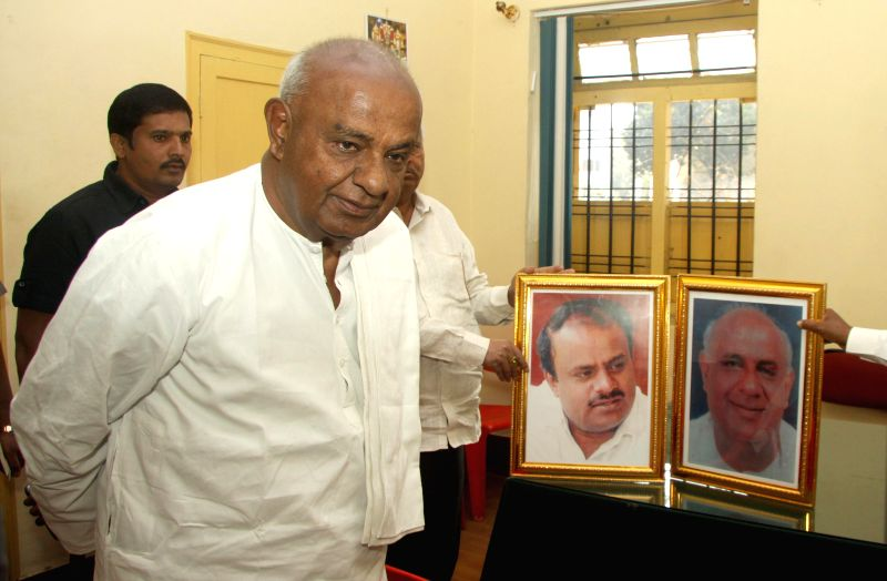 Former Prime Minister and JD(S) supremo HD Deve Gowda visits party's Race Course Road office that is being vacated following Supreme Court orders in Bengaluru, on Jan 20, 2015.