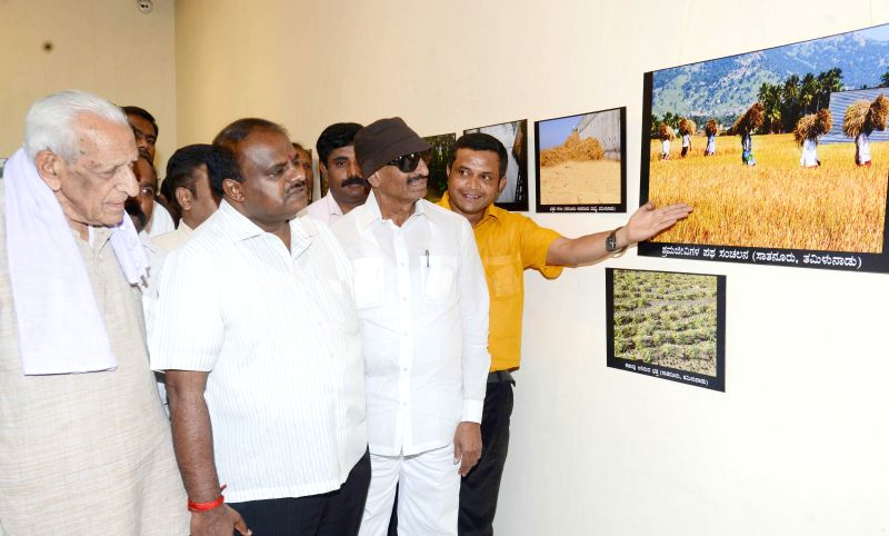Freedom Fighter HS Doreswamy, JD(S) leader HD Kumaraswamy and Kannada Chaluvali Vatal Paksha leader Vatal Nagaraj during  Suheer Shetty's photography exhibition in Bengaluru, on Dec 14, ...