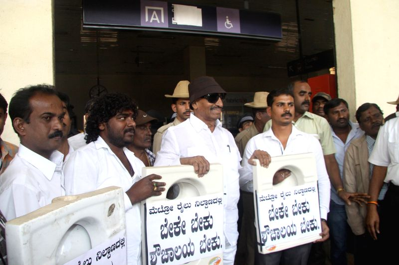 Kannada Chaluvali Vatal Paksha workers led by their leader Vatal Nagaraj stage a demonstration to press for setting up of more public toilets in Bengaluru, on Jan 19, 2015.
