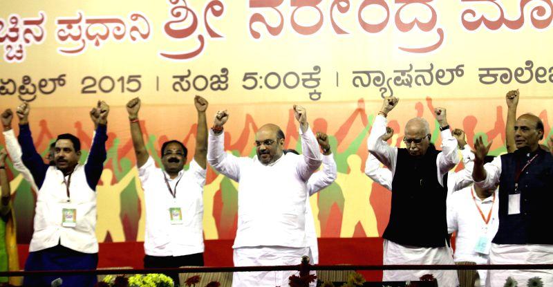 Karnataka BJP chief Prahalad Joshi, Union Minister for Urban Development, Housing and Urban Poverty Alleviation and Parliamentary Affairs, M. Venkaiah Naidu, BJP chief Amit Shah, BJP ... - Rajnath Singh, M. Venkaiah Naidu, Prahalad Joshi, Amit Shah and L K Advani