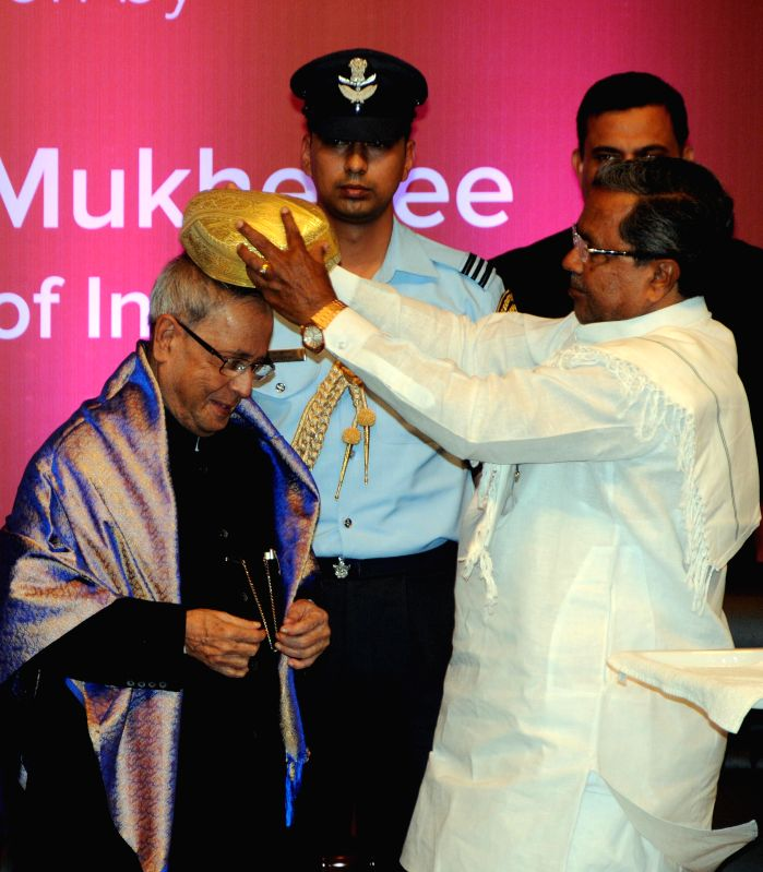 Karnataka Chief Minister Siddaramaiah felicitates President Pranab Mukherjee during the Commonwealth Science Conference in Bengaluru, on Nov 25, 2014. - Siddaramaiah and Pranab Mukherjee