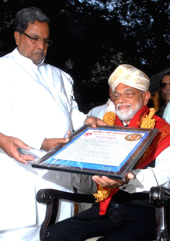 Karnataka Chief Minister Siddaramaiah felicitates  ISRO Chairman Dr K Radhakrishnan during 2014 Press Club Award Presentation programme in Bengaluru, on Dec 31, 2014. - Siddaramaiah