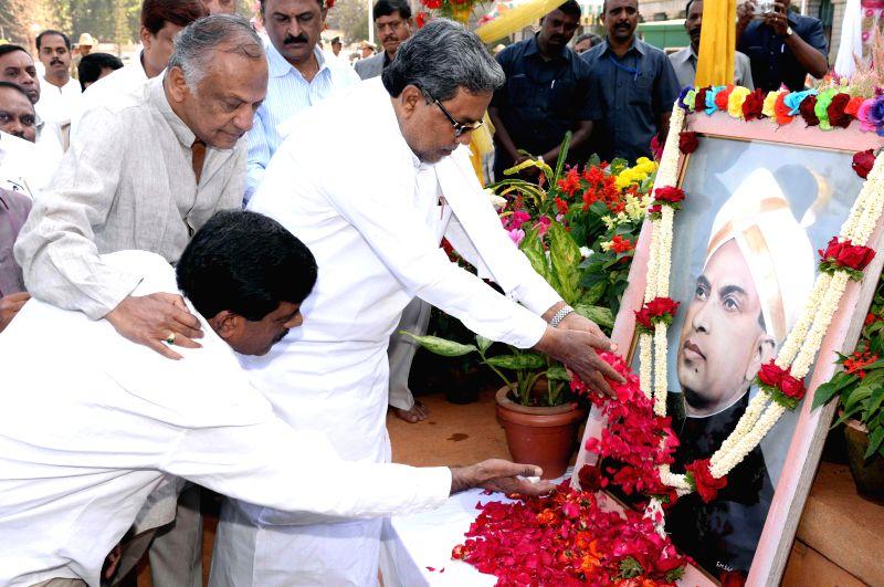 Karnataka Chief Minister Siddaramaiah pays tribute to former Karnataka chief minister K. Hanumanthaiah on his birth anniversary in Bengaluru, on Feb 9, 2015. - Siddaramaiah