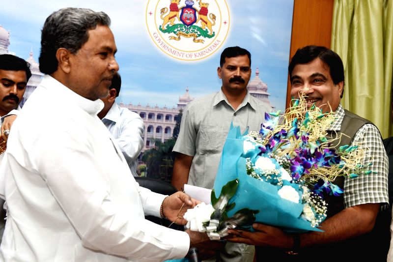 Karnataka Chief Minister Siddaramaiah, the Union Minister for Road Transport and Highways, and Shipping Nitin Gadkari  during a meeting in Bengaluru, on March 31, 2015.