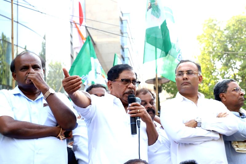 Bengaluru: Karnataka Deputy Chief Minister and Congress leader G. Parameshwara accompanied by Chief Minister and JD-S leader H. D. Kumaraswamy, Congress leaders Dinesh Gundu Rao and Siddaramaiah, addresses during a demonstration by Congress and JD-S